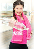 Femme avec la bouteille de l'eau en gymnastique image stock