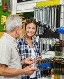 Femme avec la boutique de Holding Wrench In de père photos stock