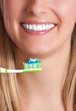 Femme avec la brosse à dents photos stock