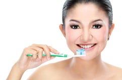 Femme avec la brosse à dents images stock