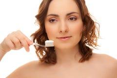 Femme avec la brosse à dents d'isolement sur le blanc Image libre de droits