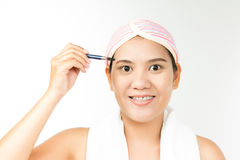 Femme avec la brosse pour le maquillage Images stock
