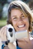 Femme avec la caméra vidéo. Photographie stock libre de droits