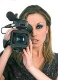 Femme avec la caméra vidéo sur l'écran bleu Photographie stock libre de droits