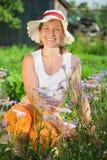 Femme avec la camomille bleue Photographie stock libre de droits