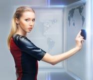 Femme avec la carte d'accès photos stock