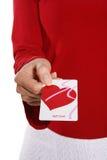Femme avec la carte de cadeau Photos stock