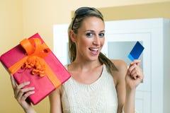 Femme avec la carte de crédit Photos libres de droits
