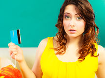 Femme avec la carte de crédit faisant des achats image stock