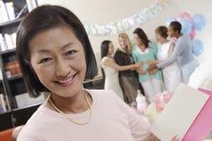 Femme avec la carte de voeux à une fête de naissance Photo libre de droits