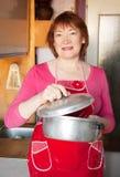 Femme avec la casserole en aluminium Photographie stock libre de droits