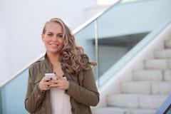 Femme avec la cellule ou le téléphone portable image libre de droits