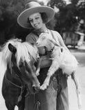 Femme avec la chèvre et poney (toutes les personnes représentées ne sont pas plus long vivantes et aucun domaine n'existe Garanti Image stock