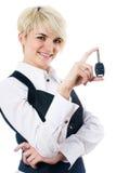 Femme avec la clé de véhicule Images stock