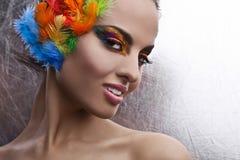 Femme avec la coiffe dramatique de maquillage et de plume  images stock