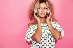Femme avec la coiffure africaine blonde dans des vêtements à la mode d'été photographie stock
