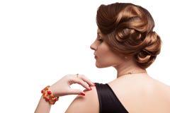Femme avec la coiffure artistique de mode sur le fond blanc photographie stock libre de droits