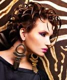 Femme avec la coiffure de mode et le maquillage de charme Image stock