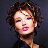 Femme avec la coiffure de mode et les lèvres roses lumineuses Photos stock