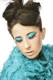 Femme avec la coiffure ?tonnante dans la robe bleue photographie stock libre de droits