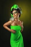 Femme avec la coiffure verte créatrice Photographie stock libre de droits