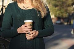 Femme avec la cuvette de café photo libre de droits