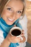 Femme avec la cuvette de café images stock
