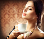 Femme avec la cuvette de café Photos stock