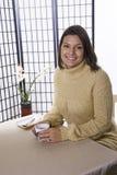 Femme avec la cuvette de café. images libres de droits