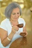 Femme avec la cuvette de café Image stock