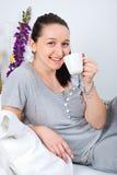 Femme avec la cuvette de café le matin images stock