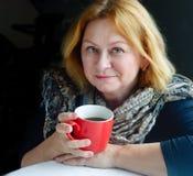 Femme avec la cuvette de thé Photos stock