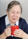 Femme avec la cuvette de thé Images stock