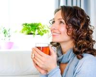 Femme avec la cuvette de thé chaud images stock
