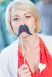 Femme avec la fausse moustache. Images stock