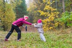Femme avec la fille faisant l'aérobic en parc Images stock
