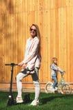 Femme avec la fille sur des vélos Photo libre de droits