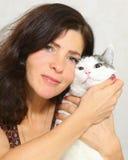 Femme avec la fin de chat vers le haut du portrait sur le blanc Photo stock