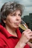 Femme avec la fin en verre de champagne vers le haut Photographie stock libre de droits