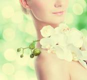 Femme avec la fleur d'orchidée Images stock