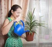 Femme avec la fleur dans le bac Photographie stock libre de droits