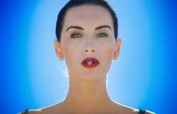 Femme avec la fleur entre les lèvres Photos stock