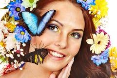 Femme avec la fleur et le guindineau. Image libre de droits