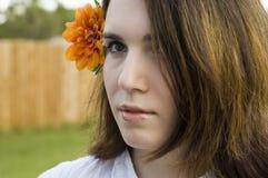 Femme avec la fleur orange photographie stock