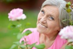 Femme avec la fleur rose Images libres de droits