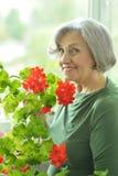 Femme avec la fleur rouge Photographie stock