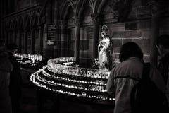 Femme avec la foi de souvenirs de bougies dans le cathe de Strasbourg Notre-Dame photo stock
