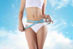 Femme avec la forme physique de mètre et le concept bleus de régime Photo stock