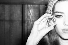 Femme avec la gemme de precius Images libres de droits