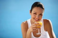 Femme avec la glace de jus de fruit Photos libres de droits